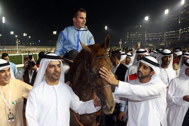 Spendete das komplette Preisgeld vom Dubai World Cup dem Dubai Autism Centre: Scheich Mohammeds Sohn Scheich Hamdan (rechts) - hier mit Prince Bishop und Siegreiter William Buick. Foto: Peter Heinzmann