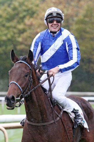 Sand Zabeel (Bauyrszhan Murzabayev), winner of the Gr. III-race at Hannover. www.galoppfoto.de