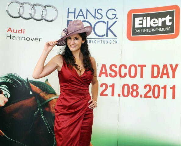 Schauspielerin Mariella Gräfin von Faber-Castell übergibt den Ehrenpreis im Großen Preis von AUDI Hannover, Gruppe III, am Ascot-Renntag auf der Neuen Bult. www.neuebult.com