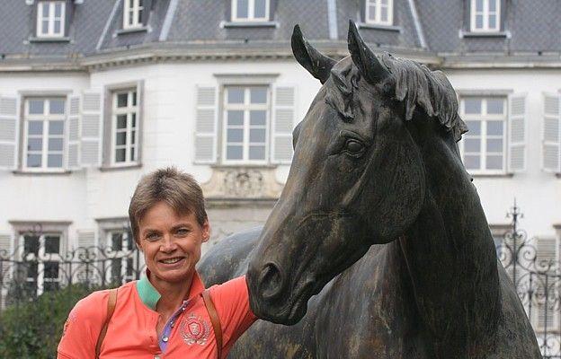 Begeisterte Besucherin des Gestüts Schlenderhan: Sabine Brandt neben der Statue des legendären Monsun.  Foto: www.hippologi.com/Schlenderhan.htm