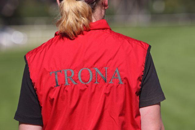 Mitarbeiterin des Gestüts Trona in passendem Outfit. www.galoppfoto.de - Sabine Brose