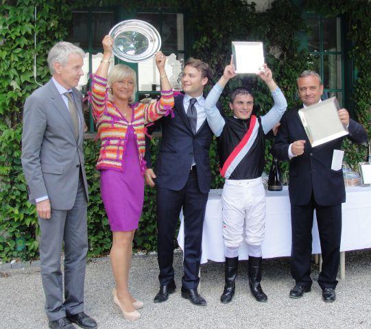 Gr. I-Erfolg für das Gestüt Karlshof mit Michala und Holger Faust, Jockey Andrea Atzeni und Trainer Andreas Wöhler (v.l.n.r.). Foto Turf aktuell