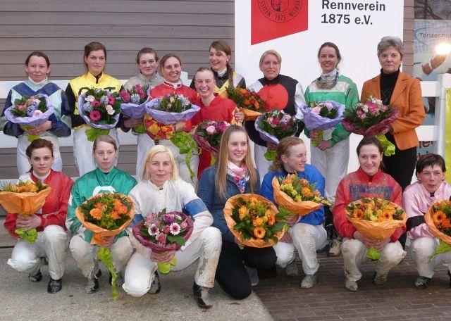 Gruppenbild mit Damen: Die Teilnehmerinnen am Preis der Perlenkette 2012 - die Siegerin hieß damals Olga Laznovska (oben, 4. v. l.). Foto: Gabriele Suhr