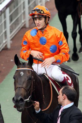 Die Monsun-Tochter Stacelita - hier mit Christophe Soumillion in Longchamp - wechselt jetzt in die Zucht nach Japan. www.galoppfoto.de