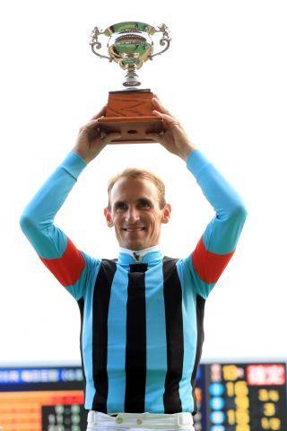 Den ersten Pokal hat er schon: Andrasch Starke nach seinem Listensieg. www.galoppfoto.de - Yasuo Ito