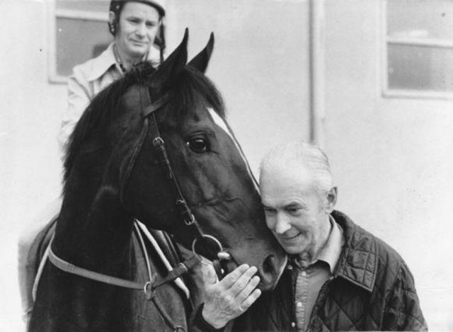 Sven von Mitzlaff (auf dem Foto rechts mit Jockey Peter Alafi auf Orofino) gehörte zu den erfolgreichsten deutschen Galoppertrainern. Er wäre im Mai 100 Jahre geworden. Am Samstag wird auf der Rennbahn in Mülheim mit einem Rennen an ihn erinnert. Foto: www.gestuet-zoppenbroich.de