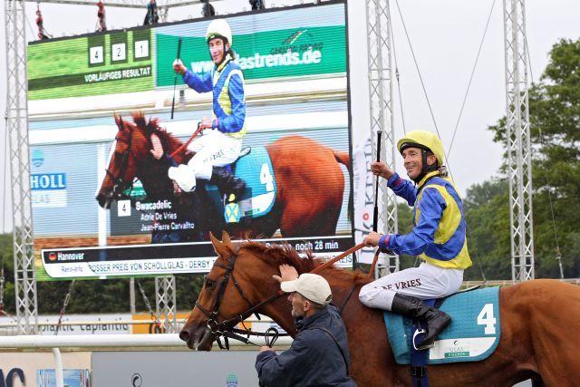 Der Adlerflug-Sohn Swacadelic mit Adrie de Vries gewinnt den Derby-Trial in Hannover. www.galoppfoto.de - Frank Sorge