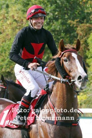 Torqueville gewinnt mit seinem ständigen Reiter Marc Timpelan in Leipzig das 10. Rennen seiner Karriere. www.galoppfoto.de - Peter Heinzmann