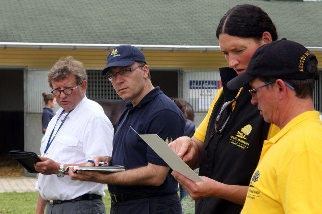 Startet erfolgreich mit dem Nachwuchs in die neue Rennsaison: Trainer Mark Johnston (links) - hier auf der letztjährigen BBAG Jährlings-Auktion. www.galoppfoto.de - Frank Sorge