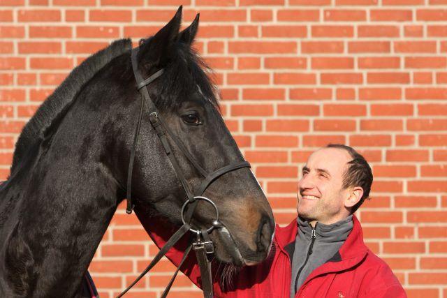 Trainer Roland Dzubasz mit seiner Derbyhoffnung Lac Leman. www.galoppfoto.de - Sabine Brose