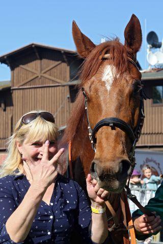 Trainerin Claudia Barsig mit ihrem Seriensieger Tim Rocco nach dem Dresdner Erfolg. www.galoppfoto.de - Frank Sorge