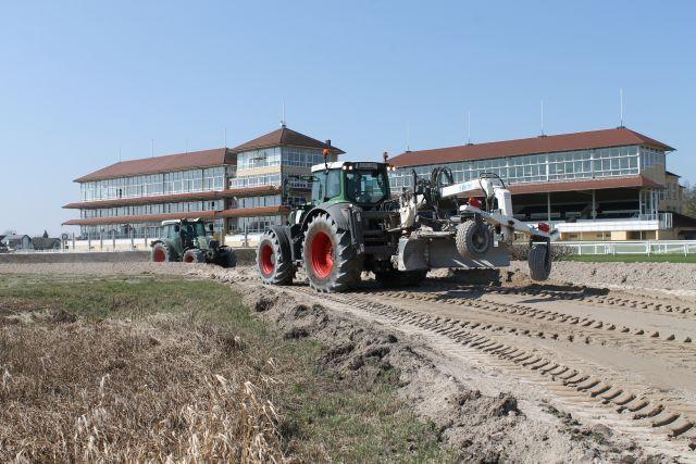 Umbau der Rennbahn Baden-Baden mit schwerem Gerät. www.baden-racing.com