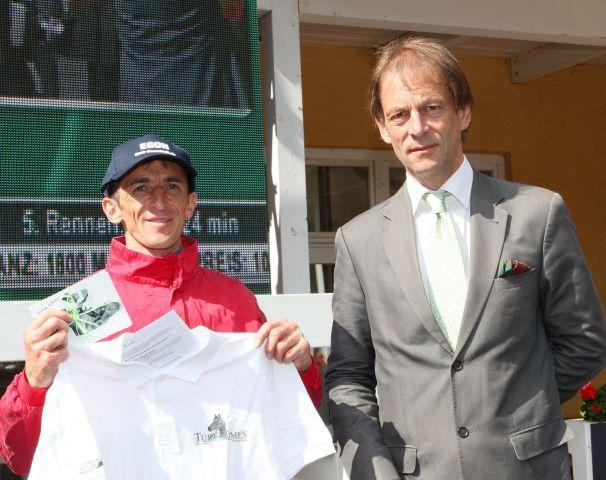 Die Rekordwahl im Juli gewann Andreas Helfenbein mit dem Egon-Ritt, von Turf-Times Herausgeber Daniel Delius gab es das Sieger T-Shirt in Baden-Baden. www.klatuso.com