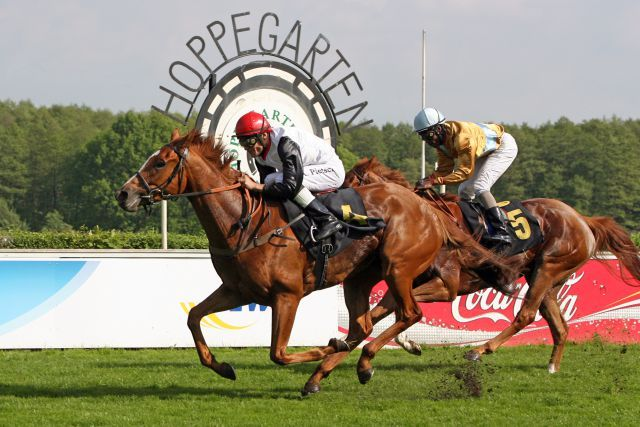 Hoppegartens Wunderstute - hier bei ihrem Sieg im im Diana-Trial, Gr. II, 2010  mit Alexander Pietsch - ist Namensgeberin für das Hauptereignis, das mit €27.000 dotierte Vanjura-Rennen. www.galoppfoto.de - Frank Sorgeexander Pietsch bei ihrem Sieg  www.galoppfoto.de - Frank Sorge