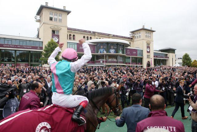 Aus deutscher Sicht gab es nicht viel zu feiern. Via triumphalis für Enable und Frankie Dettori nach dem historischen Sieg in Chantilly. www.galoppfoto.de - John-James Clark