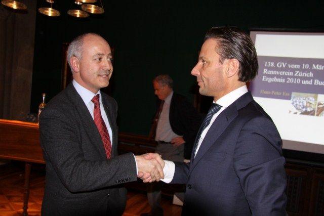 Erst im März 2011 war Martin Gloor (rechts) als vermeintlicher Hoffnungsträger zum Präsidenten des Züricher Rennvereins gewählt worden, erster Gratulant war damals Marc Hunziker. www.horseracing.ch