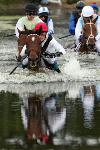 Wenn aus Rennpferden 'Seepferdchen' werden - Indian Sun mit Vlastislav Korytar führt bereits im See. www.galoppfoto.de - Frank Sorge