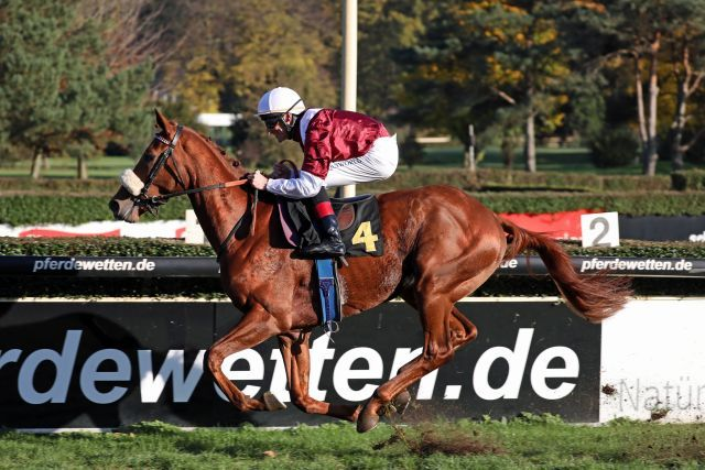 Wonderful Moonn - hier mit Andrasch Starke im Ratibor-Rennen - ist der bisherige Derby-Favorit. Foto: Dr. Jens Fuchs