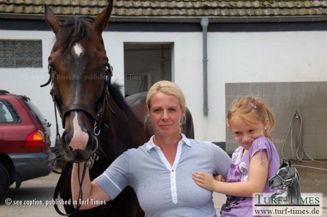Yasmin Almenräder (hier mit Tochter Lisa und der vierjährigen Stute Ante Portas) hat am Mülheimer Raffelberg die größte Herausforderung ihrer Laufbahn als Galoppertrainerin angenommen. www.muelheim-galopp.de - Redaktion MSPW