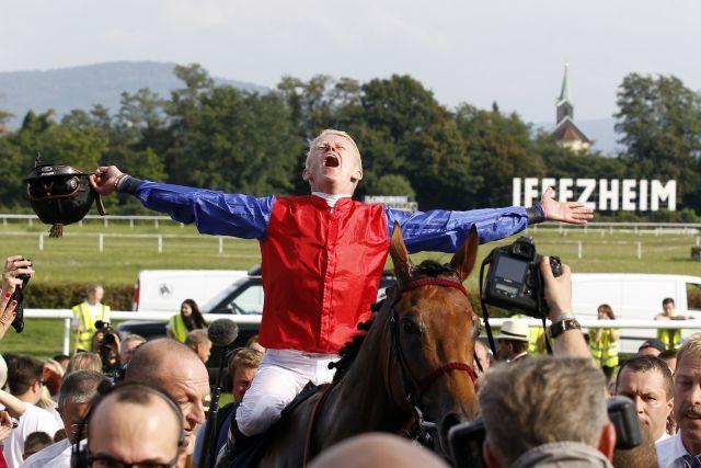 Zelebriert seinen dritten Sieg im Großen Preis von Baden - Filip Minarik auf  Ivanhowe genießt das Bad in der Menge. www.galoppfoto.de - Frank Sorge