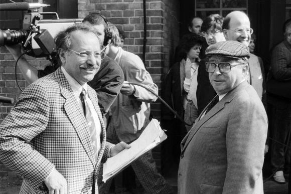Der Erfinder der TV-Galopperwahl Addi Furler (l.) und Trainer Hein Bollow 1990 auf der Hoppegartener Rennbahn. www.galoppfoto.de