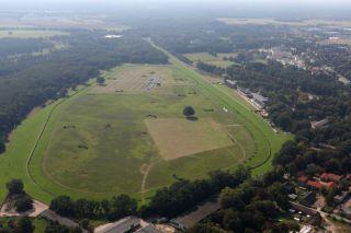 Blick auf die durchaus nicht alltägliche Kursführung aus der Luft. Foto: www,galoppfoto.de - Frank Sorge