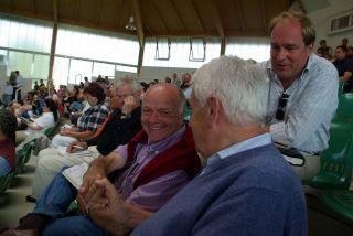 Hans-Gerd Wernicke (r.), Trainer Wolfgang Figge (l.) und Dirk Eisele, BBA Germany, kauften gleich 7 Jährlinge. www.dequia.de