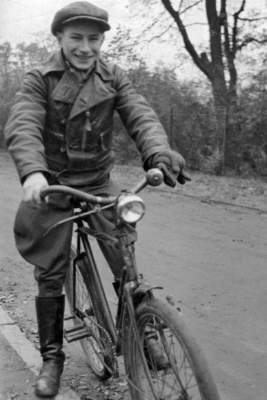 1939 in Hoppegarten: Jockey Hein Bollow noch als Fliegengewicht auf dem Fahrrad unterwegs ... www.galoppfoto.de - Archiv