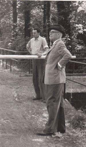 Der Gestütsherr Walther Bresges mit seinem Gestütsmeister Heinrichs 1957 in Zoppenbroich.