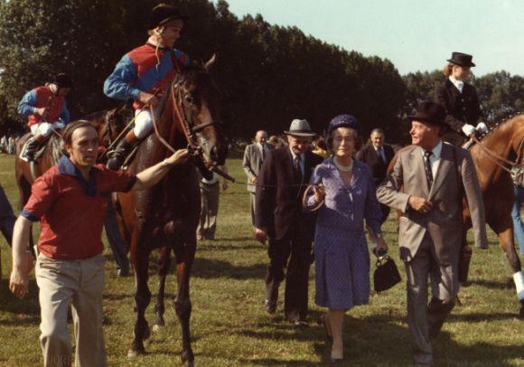 1976 - Bescheiden im Hintergrund Trainer Heinz Jentzsch: Hier hinter Gabrielle Baronin von Oppenheim (Gestüt Schlenderhan) – mit Derbysieger Stuyvesant in Hamburg-Horn. www.galopp-hamburg.de