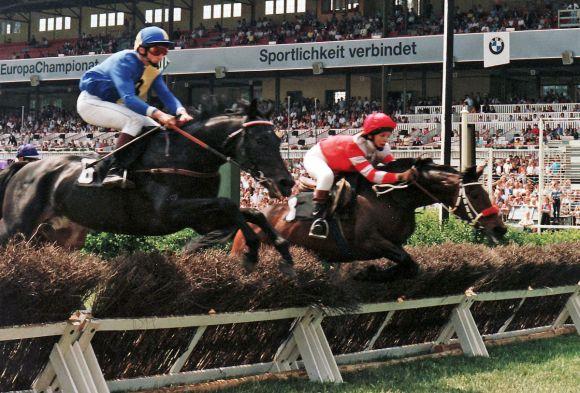 1992 in Hoppegarten - Roland Dzubasz (links) steuert Ergo im Preis von Wedding erfolgreich über die Hürden: www.galoppfoto.de - Frank Sorge