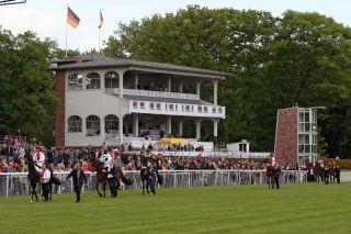 Vereinsmitgliedern ist die Clubtribüne vorbehalten. Foto: www.galoppfoto.de - Sabine Brose/Sorge