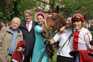 Erfolgsteam: Ferdinand Leve, Janet Leve-Ostermann, Felician und Lennart Hammer-Hansen. Foto: www.galoppfoto.de - Sarah Bauer