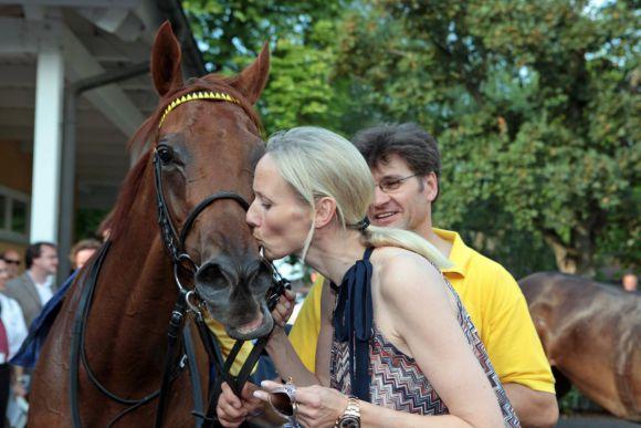 Julia Baum und die zweimalige Listensiegerin Not for Sale, für die nun mit Shamardal  ein prominenter Partner gebucht wurde: www.galoppfoto.de