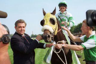 Jozef Bojko noch am Anfang der Jockey-Karriere in Deutschland: 1993 gewinnt er mit  Black Jack Silver den BMW Sachsenpreis. Links der damalige Praesident Christoph Winkler.  www.galoppfoto.de
