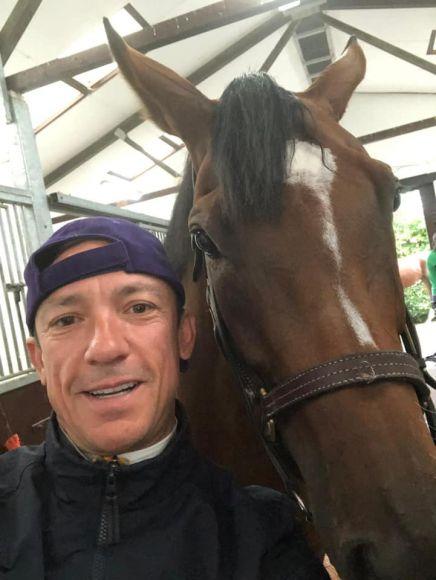 Der Tag danach: Jockey Frankie Dettori besucht Enable nach ihrem 2. Sieg in den King George VI and Queen Elizabeth Stakes. www.galoppfoto.de - John James Clark