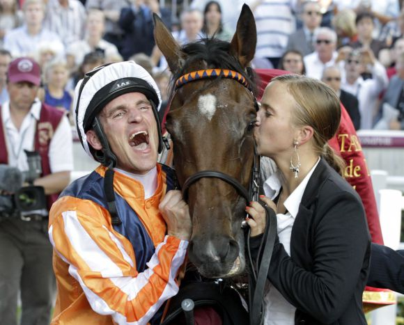 Pures Glück - Jockey Andrasch Starke, Danedream und ihre Pflegerin Cynthia Atasoy: nach dem Sieg im Qatar Prix de l'Arc de Triomphe. www.galoppfoto.de