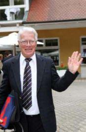 Freudestrahlender Hans-Jürgen Gröschel in Iffezheim nach der Kunde vom 1000. Sieg aus Hoppegarten