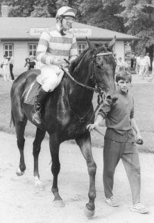 Hans-Jürgen Gröschel nach dem Sieg im  Dresdner Trainerrennen 1986 mit dem Görlsdorfer Sadko, trainiert von seinem Bruder Eckhard Gröschel. Foto Archiv Graage
