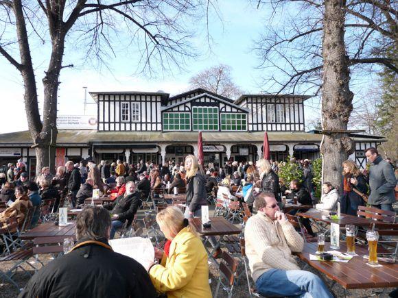 Der große Biergarten ist eins der Highlights der Kölner Bahn. Foto: Karina Strübbe