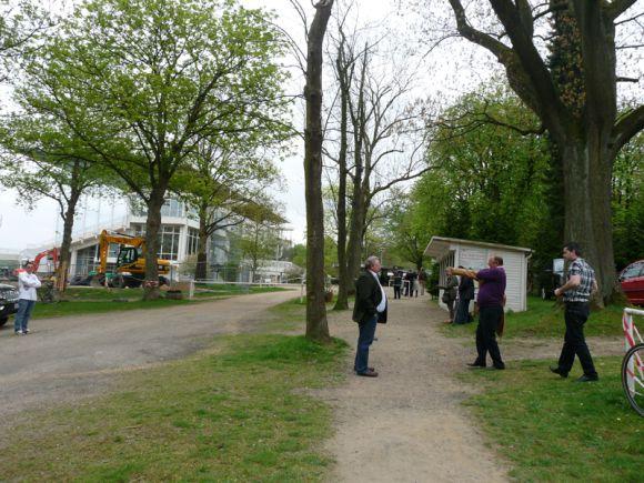Den Weg vom Parkplatz zum Eingang der Rennbahn. Foto: Karina Strübbe