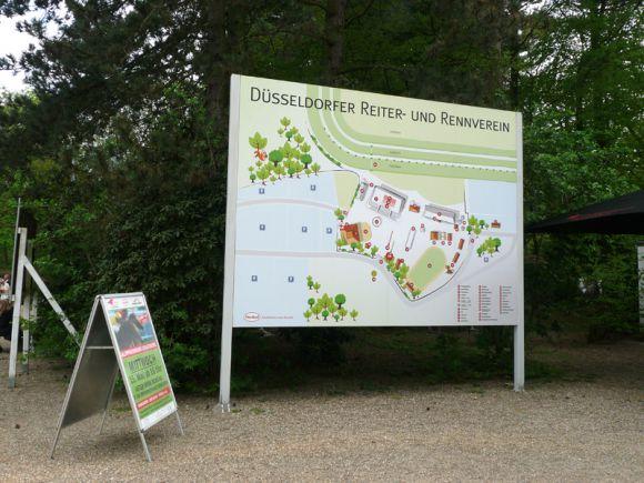 Sorgen für Übersicht und Überblick: Plan und Plakat mit Hinweis auf den nächsten Renntag. Foto: Karina Strübbe