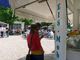 Werner und Annette sondieren das kulinarische Angebot. Die Wahl fällt aufs Eis. Foto: Karina Strübbe
