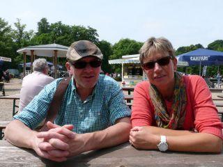 Voller Erwartung auf einen spannenden Renntag, die Krefeld-Tester Werner und Annette