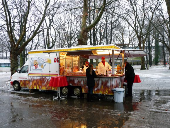 Der Würstchenstand von Kratz verkauft von Brat-, Heiß- bis Currywurst verschiedenste Wurtsorten. Karina Strübe