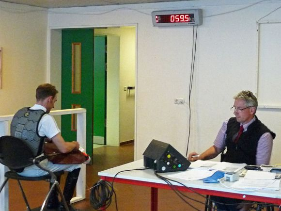 Stimmen die Kilos? Christian Zschache bei der Arbeit als Abwieger beim Derbymeeting 2013. Foto: Karina Strübbe