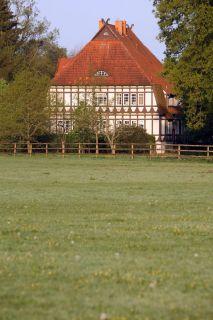 Blick auf das Hauptgebäude des Gestüts. www.galoppfoto.de