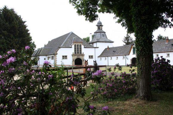 Blick auf den Trainingsstall im Gestüt Röttgen. www.klatuso.com