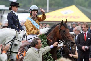 Der Derbysieger 2011 - Gestüt Ravensbergs Waldpark mit Jozef Bojko im Sattel und Trainer Andreas Wöhler am Zügel. www.galoppfoto.de