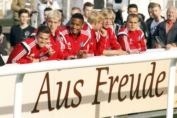 Worüber die sich freuen ...: Die HSV-Kicker kamen am Dienstag auf die Bahn. www.galoppfoto.de - Frank Sorge